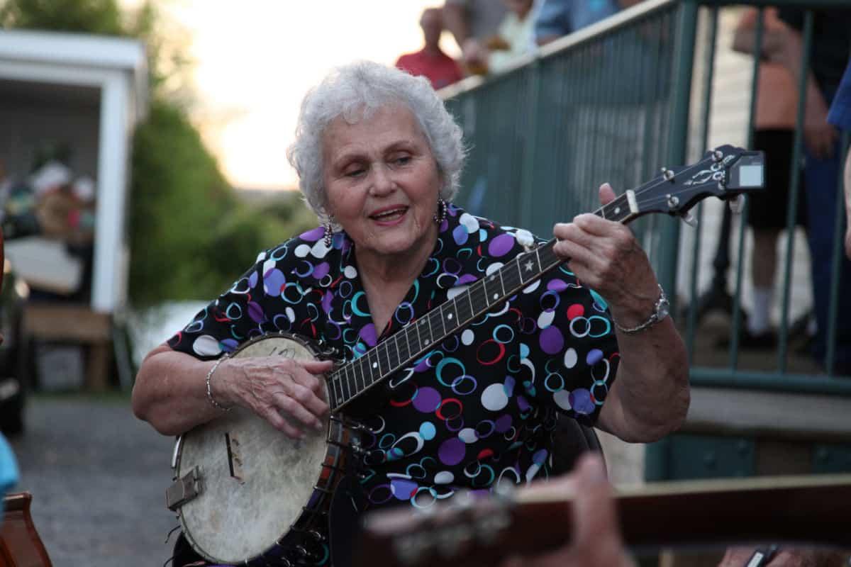 Rhoda Kemp with Banjo